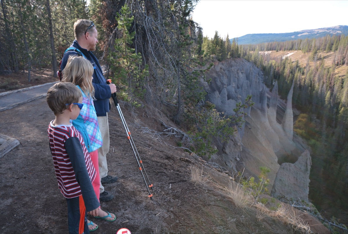 A family overlooking hoodoos in a national park